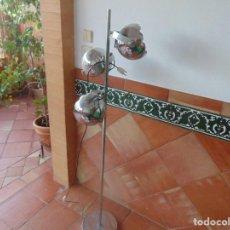 Vintage: LAMPARA DE PIE CROMADA CON 3 FOCOS ORIENTABLES. Lote 104940967