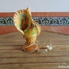 Vintage: LAMPARA DE SOBREMESA FABRICADA CON UNA CARACOLA Y ADORNADA CON MOTIVOS MARINEROS. Lote 104941511
