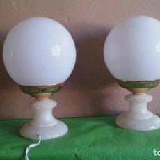 Vintage: 2 LAMPARAS SOBREMESA, BASE ALABASTRO GLOBOS OPALINA BLANCA. Lote 108988171