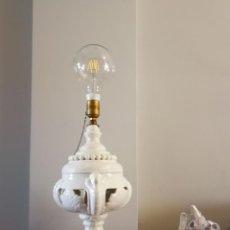 Vintage: FANTÁSTICA LAMPARA DE MANISES BLANCA CALADA - BASE DE MADERA. Lote 110242167