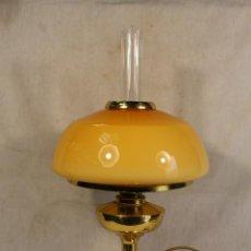 Vintage: LAMPARA SOBREMESA QUINQUÉ EN METAL DORADO Y TULIPAS DE CRISTAL. Lote 114412747