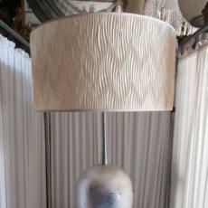 Vintage: ESPECTACULAR LAMPARA MODERNA DE SOBREMESA EXCLUSIVO DISEÑO CON BASE METÁLICA. Lote 115203647