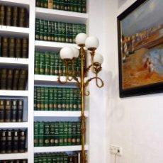 Vintage: GRAN LÁMPARA DE PIE HIERRO FORJADO CON 5 GLOBOS OPALINA BLANCA. 167 CM. VINTAGE. FUNCIONANDO. PERFEC. Lote 116227383