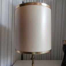 Vintage: LAMPARA DE SOBREMESA DE PIE DE BRONCE MAS PANTALLA. Lote 118679843