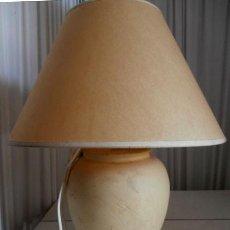 Vintage: LAMPARA SOBREMESA DE CERÁMICA CON PANTALLA COLOR CREMA. Lote 118679951