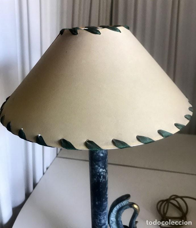 Vintage: LAMPARA SOBREMESA RESINA DECORADA MAS PANTALLA BASE CON CABEZA DE CISNE - Foto 3 - 119358851