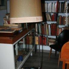 Vintage: LAMPARA DE PIE CON BANDEJA Y REVISTERO. METAL Y MADERA REVESTIDA. MIDE 160 X 50 CMS. FUNCIONA. Lote 119921907