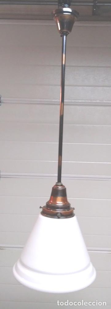 LAMPARA ART DECÓ AÑOS 40, BRONCE PAVONADO Y PANTALLA OPALINA BLANCA, BUEN ESTADO. MED. 104 X 32 CM (Vintage - Lámparas, Apliques, Candelabros y Faroles)