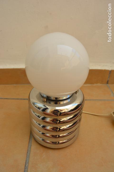 LAMPARA VINTAGE SOBREMESA SPACE AGE METAL CROMADO - GLOBO OPALINA 70'S (Vintage - Lámparas, Apliques, Candelabros y Faroles)