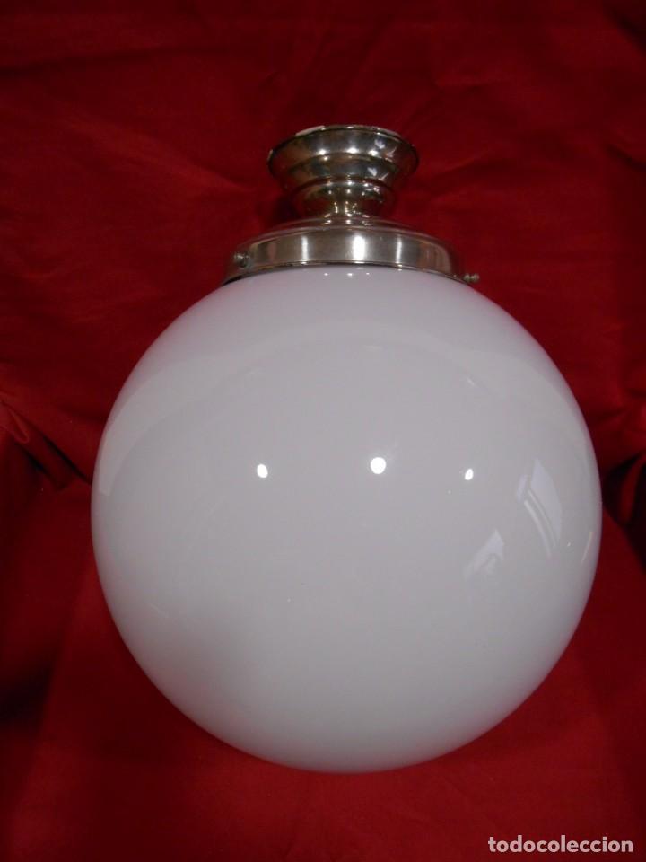 LAMPARA DE TECHO EN METAL CROMADO CON GLOBO BLANCO DE CRISTAL (Vintage - Lámparas, Apliques, Candelabros y Faroles)