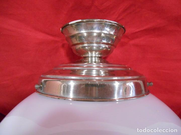Vintage: LAMPARA DE TECHO EN METAL CROMADO CON GLOBO BLANCO DE CRISTAL - Foto 2 - 130562110