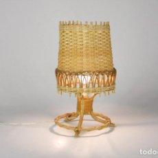 Vintage: LAMPARA SOBREMESA MIMBRE BAMBU RETRO VINTAGE AÑOS 60. Lote 135385918