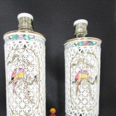 Vintage: PRECIOSA PAREJA LAMPARAS PORCELANA BLANC DE CHINA ORIGINALES ESMALTADAS A MANO. Lote 135844790