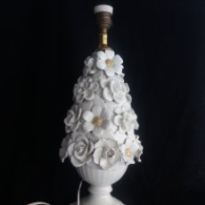 Vintage: ANTIGUA LAMPARA DE MESA DE CERAMICA MANISES FLORES BLANCAS Y DORADAS Y PEANA MADERA VINTAGE AÑOS 60. Lote 137154572