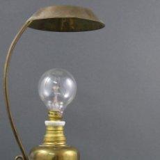 Vintage: LAMPARA DE SOBREMESA EN BRONCE DORADO SIGLO XX. Lote 138196774