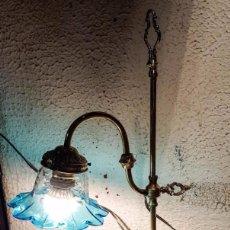 Vintage: LAMPARA DE BRONCE DE SOBREMESA CON TULIPA CRISTAL AZULADA, ENVIO GRATIS A LA PENINSULA Y BALEARES. Lote 141692858