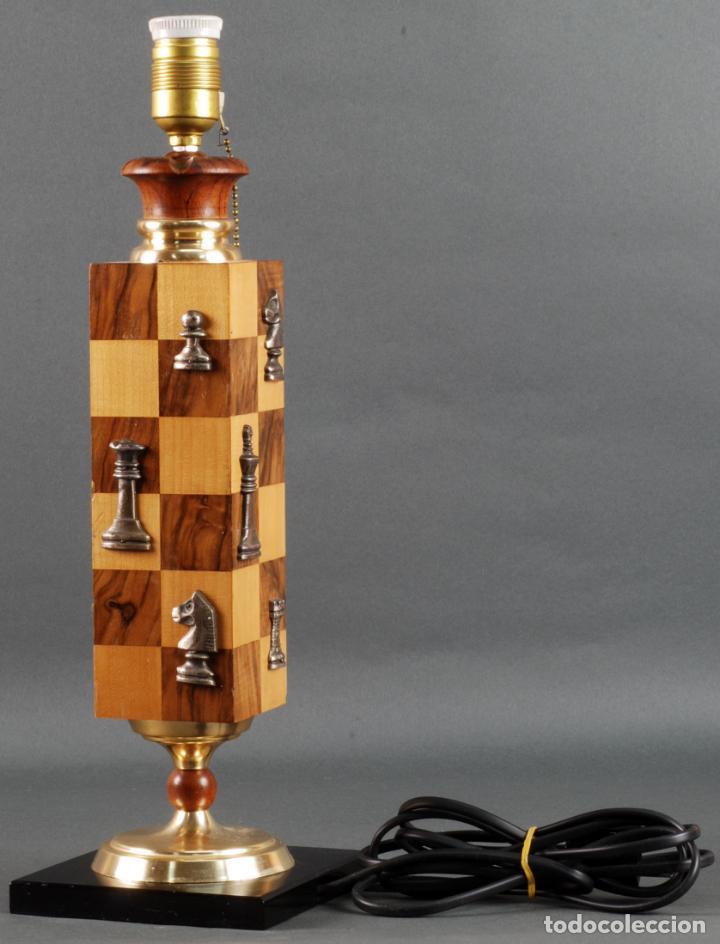 Vintage: Lampara de mesa en madera tablero y piezas de ajedrez años 70 - Foto 2 - 142133702