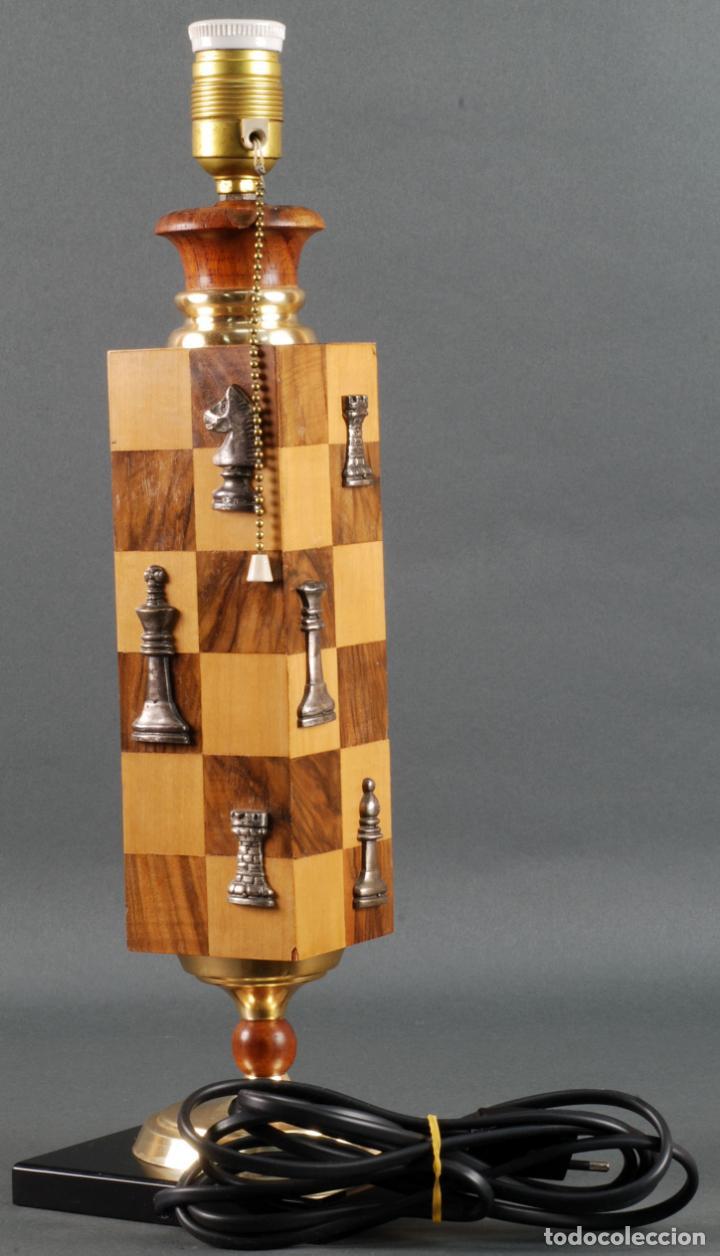 Vintage: Lampara de mesa en madera tablero y piezas de ajedrez años 70 - Foto 3 - 142133702