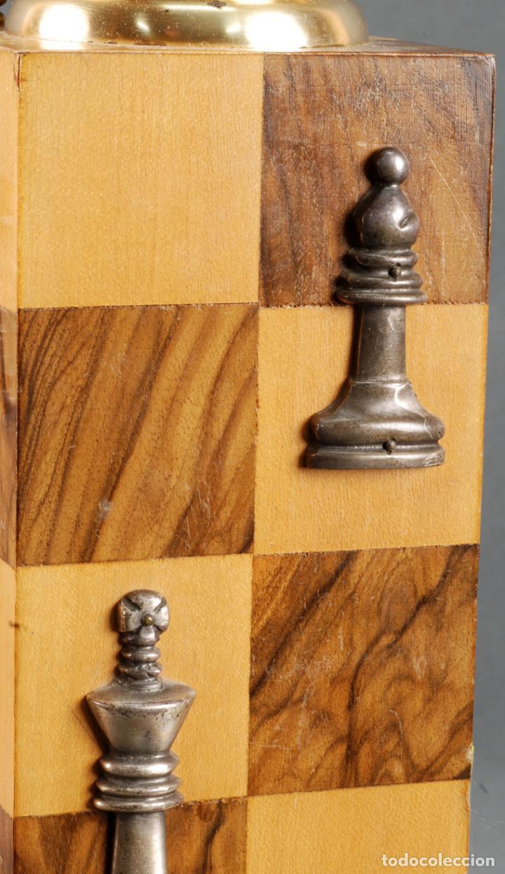 Vintage: Lampara de mesa en madera tablero y piezas de ajedrez años 70 - Foto 5 - 142133702