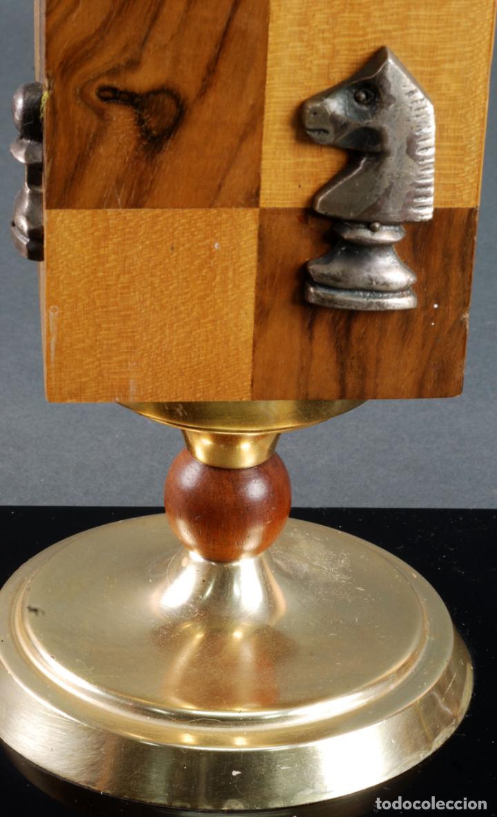 Vintage: Lampara de mesa en madera tablero y piezas de ajedrez años 70 - Foto 8 - 142133702