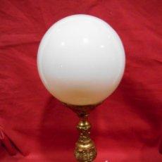 Vintage: LAMPARA APLIQUE DE BRONCE Y GLOBO DE CRISTAL. Lote 142770438