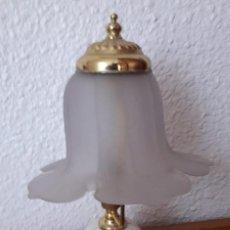 Vintage: LAMPARILLA DE MESA TIPO QUINQUÉ CON TULIPA DE CRISTAL. Lote 143825718