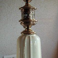 Vintage: PIE DE LAMPARA MESA EN PORCELANA Y METAL DORADO. Lote 143858442
