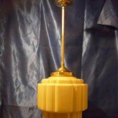 Vintage: LAMPARA ART DECO CON GRAN TULIPA DE OPALINA AMBAR, Y PENDULO LATON ACANALADO. Lote 145839130
