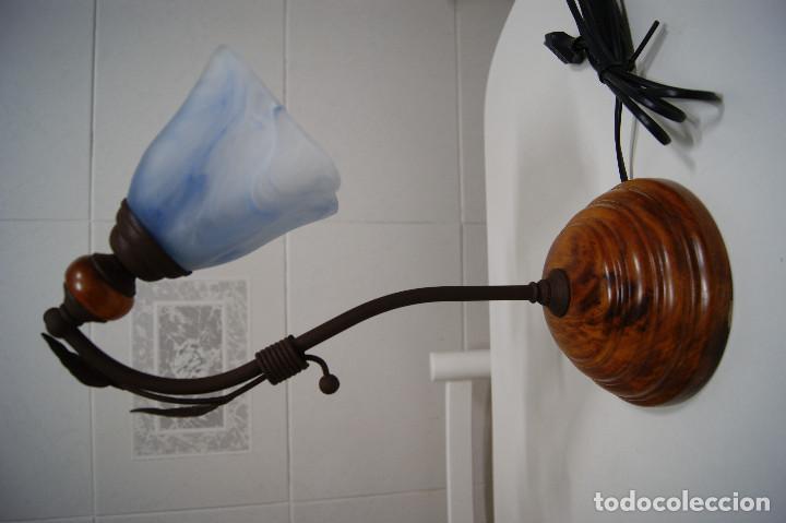 LÁMPARA SOBREMESA EN MADERA Y FORJA CON TULIPA AZUL (Vintage - Lámparas, Apliques, Candelabros y Faroles)