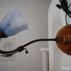 Vintage: LÁMPARA SOBREMESA EN MADERA Y FORJA CON TULIPA AZUL. Lote 147020398