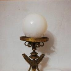 Vintage: ANTIGUA LAMPARA DE MESA EN FORJA DORADA Y TULIPA OPALINA A COMBINAR CON ESPEJO SOL VINTAGE AÑOS 60. Lote 147507786