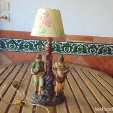 Vintage: LAMPARA DE SOBREMESA CON DOS FIGURAS MODERNISTAS SOBRE FAROLA EN BARRO O TERRACOTA POLICROMADA. Lote 147932590