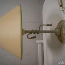 Vintage: LÁMPARA SOBREMESA EN MADERA DECAPÉ VERDE Y FORJA BLANCA.. Lote 148018130