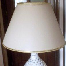 Vintage: LAMPARA SOBREMESA--PIE CERAMICA CON DORADO-PINTADA A MANO-AÑO 80. Lote 148704586
