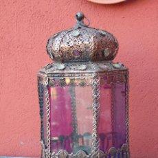 Vintage: LAMPARA DE SOBREMESA, ESTILO ARABE, CON FORMA DE FAROL HEXAGONAL METÁLICO, CON CRISTALES DE COLORES . Lote 150213726