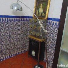 Vintage: LAMPARA DE PIE TIPO ARCO REGULABLE , CROMADA PARA 3 BOMBILLAS VINTAGE . Lote 151960254