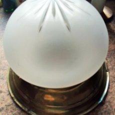 Vintage: LAMPARA DE TECHO VIDRIO DECORADO. PLAFÓN DE LATÓN. 30 CM DIAMETRO APROX.. Lote 153702758