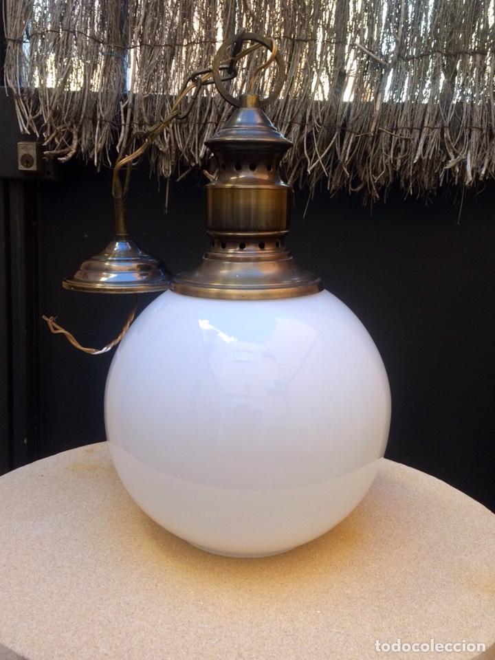 LÁMPARA DE TECHO CON TULIPA GLOBULAR DE CRISTAL OPALINO (Vintage - Lámparas, Apliques, Candelabros y Faroles)