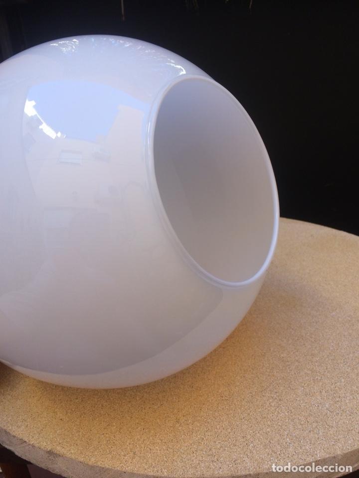Vintage: LÁMPARA DE TECHO CON TULIPA GLOBULAR DE CRISTAL OPALINO - Foto 4 - 154894328
