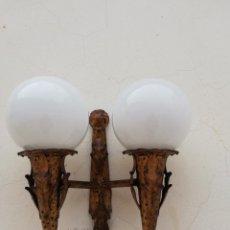 Vintage: ANTIGUA LAMPARA DE PARED EN FORJA DORADA Y OPALINA BLANCA A COMBINAR CON ESPEJO DE SOL VINTAGE 1960. Lote 162917920