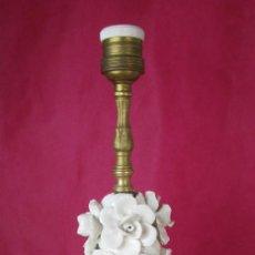 Vintage: LAMPARA MANISES CERAMICA FLORES BLANCA VINTAGE POP ANTIGUA. Lote 165185114