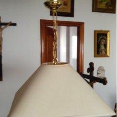 Vintage: LÁMPARA COLGAR CON CAMPANA REALIZADA EN TIPO PAPEL-PERGAMINO, AÑOS 70. 47 CMS DE ALTURA EL CONJUNTO. Lote 166157422