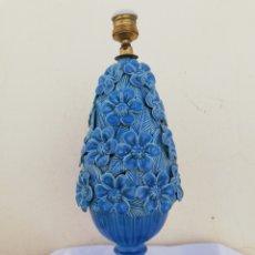 Vintage: PRECIOSA LAMPARA DE MESA ANTIGUA EN CERAMICA MANISES Y PEANA DE MADERA DORADA VINTAGE AÑOS 60. Lote 166405668