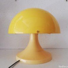 Vintage: BONITA LAMPARA DE MESA ANTIGUA CON PANTALLA SETA AMARILLO EN METACRILATO TIPO TRAMO VINTAGE AÑOS 70. Lote 167532630