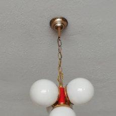 Vintage: BONITA LAMPARA ANTIGUA METAL DORADO Y ROJO TULIPAS OPALINA BLANCA TIPO SPUTNIK VINTAGE AÑOS 70. Lote 168032686