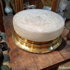 Vintage: LAMPARA DE TECHO DORADA CON TULIPA DE CRISTAL DECORADO - 31.5CM DE DIÁMETRO 13.5CM ALTO. Lote 168048044