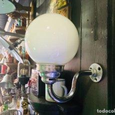 Vintage: APLIQUE DE PARED CON GLOBO DE OPALINA LAMPARA CROMADA DE BRAZO Y BOLA BLANCA. Lote 100628779