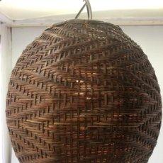 Vintage: LAMPARA DE TECHO EN FORMA DE BOLA, EN MATERIAL VEGETAL, MUY TUPIDA Y CON CADENA PARA COLGAR. Lote 171140600