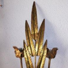 Vintage: GRAN APLIQUE LAMPARA DE PARED HOJAS FORJA A PAN DE ORO ESTILO ESPEJO SOL FERRO ARTE VINTAGE AÑOS 50. Lote 171796255