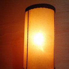 Vintage: LAMPARA SOBREMESA PIE DE ALABASTRO CON PANTALLA DE PERGAMINO. Lote 173472553